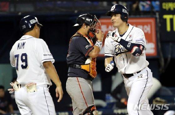 두산 김재호(오른쪽)이 시즌 10호 홈런을 친 뒤 하이파이브를 하고 있다 /사진=뉴시스<br />