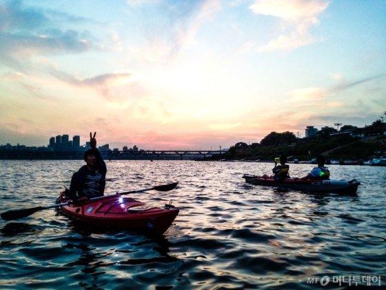 '시티 나이트 카약'은 한강에서 노을을 바라보며 즐길 수 있다. /사진제공=프렌트립