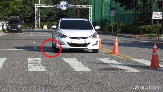 음주 체험용 고글(혈중 알코올 농도 0.2%)을 쓰고 직진 주행을 한 뒤 차선을 위반한 기자의 차량. /사진=경기 일산서부경찰서