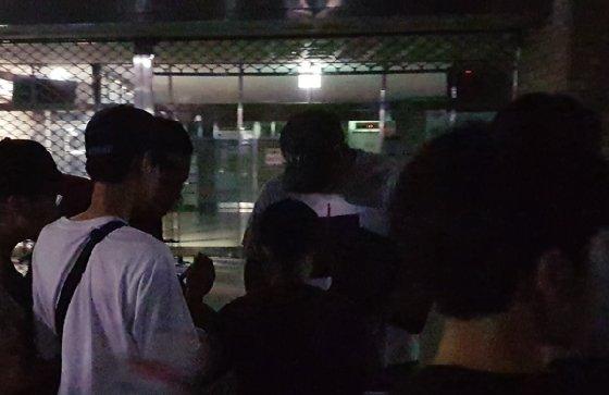 유강남(가운데)이 팬들에게 사인을 해주고 있다