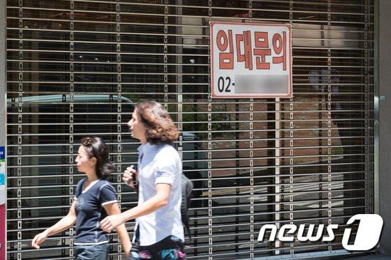 8일 서울시내 번화가의 한 상점에 임대문의 안내가 붙어있다.  © News1 유승관 기자