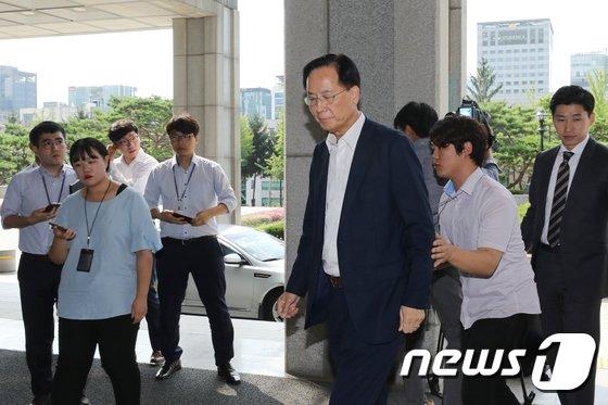 [사진]공정위 재취업 비리 의혹 검찰 출석하는 노대래 전 공정위원장