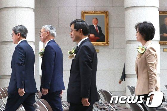 [사진]김명수 대법원장과 신임 대법관들