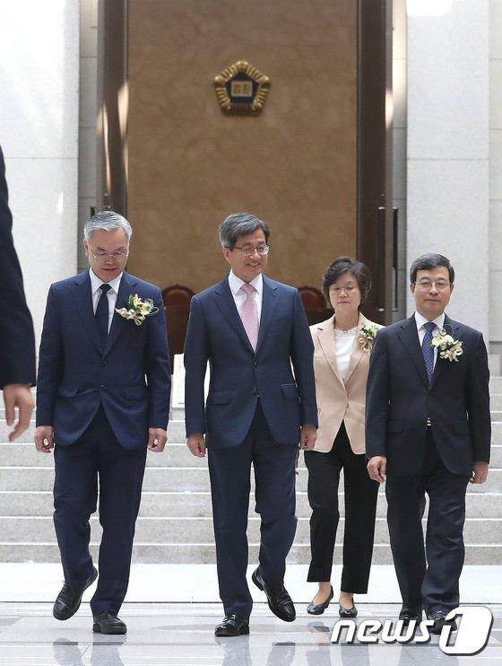 [사진]신임 대법관과 함께하는 김명수 대법원장