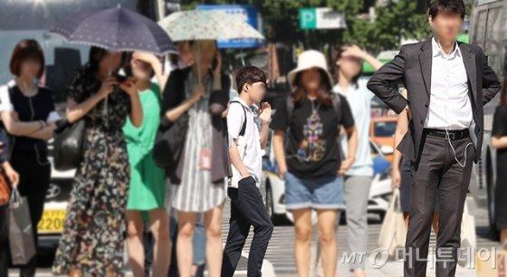지난달 17일 전국 대부분 지역에 특염특보가 내려진 가운데, 서울 광화문 네거리에 긴팔 재킷과 긴 바지 차림의 직장인이 서있다. /사진=김휘선 기자