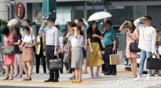 지난달 17일 전국 대부분 지역에 특염특보가 내려진 가운데, 긴 바지를 입은 직장인들을 쉽게 찾아볼 수 있다. /사진=김휘선 기자