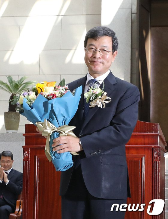 [사진]꽃다발 받은 이동원 신임 대법관