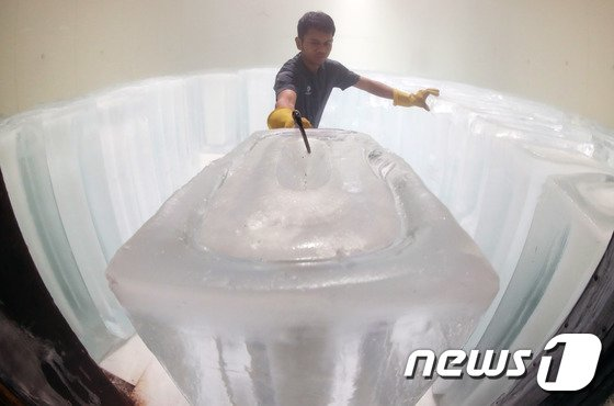 [사진]폭염에 대목 맞은 얼음공장 '바쁘다 바빠'