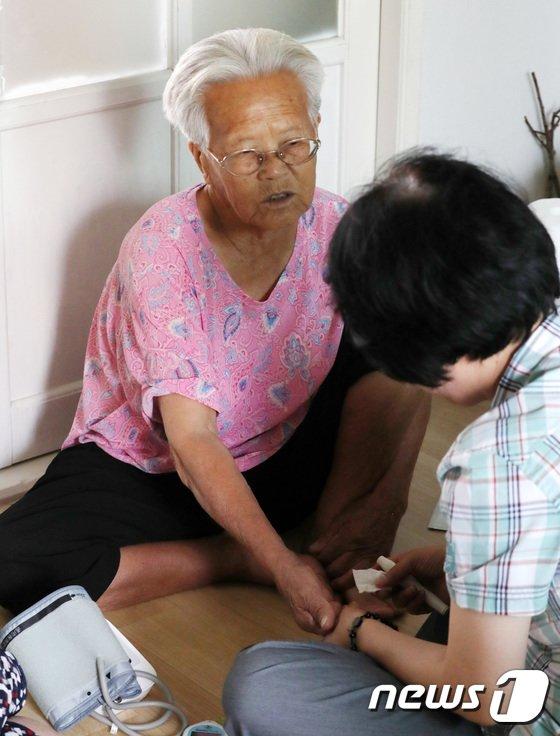 [사진]'폭염 속 어르신들 건강 유의'