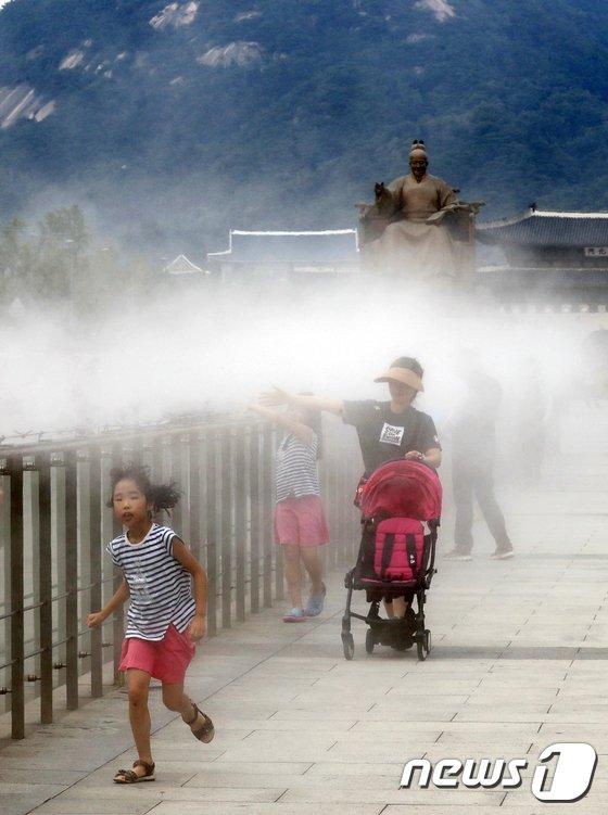 [사진]더위 식히는 쿨링포그