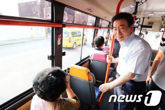 [사진]박원순 시장 '버스로 서울시청까지 출근합니다'
