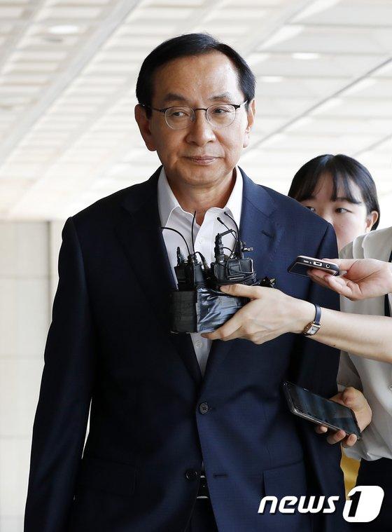 [사진]검찰 출석하는 김동수 전 공정위원장