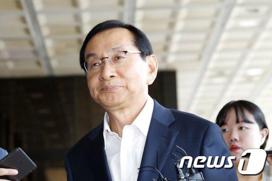 [사진]김동수 전 공정위원장 '굳은 표정'