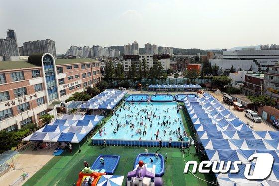 [사진]물놀이장으로 변신한 초등학교