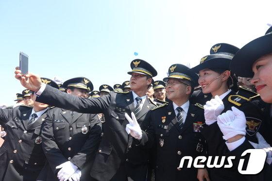 [사진]민갑룡 경찰청장 '신임경찰관들에게 인기 만점'