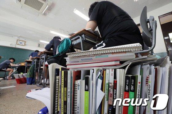 [사진]책 쌓인 고3 교실