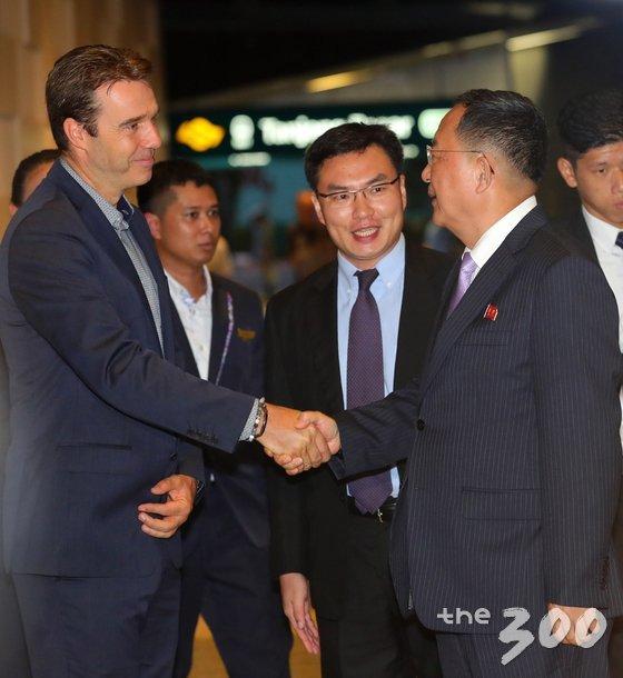 리용호 북한 외무상이 3일 오전(현지시간) 아세안지역안보포럼(ARF)에 참석하기위해 싱가포르를 방문해 소피텔 싱가포르 시티센터 호텔에 들어서며 현지 관계자와 악수하고 있다. /사진=뉴스1