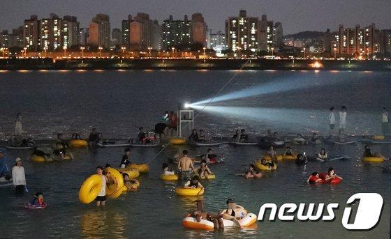 [사진]물놀이장에서 즐기는 시네마