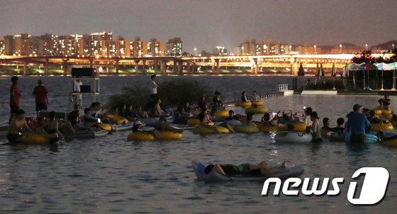 [사진]물 위에서 영화 감상
