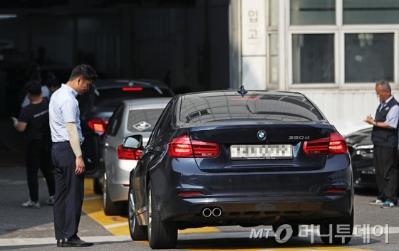 잇따른 화재 사고로 리콜 조치가 내려진 BMW 차량에 대해 국토교통부가 차량 소유자들의 '운행 자제'를 권고한 가운데 3일 오후 서울 시내의 한 BMW 서비스센터가 리콜 점검을 받으려는 차량들로 붐비고 있다./사진=뉴스1