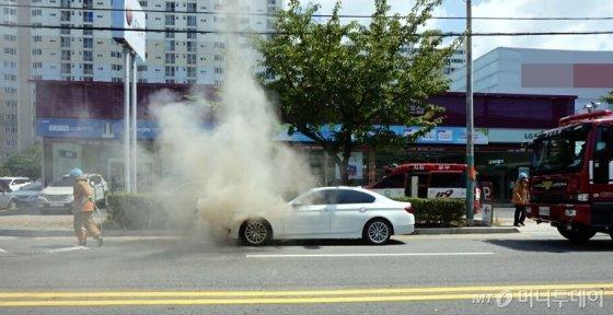 4일 오후 2시15분경 전남 목포시 옥암동의 한 대형마트 주변 편도 2차선 도로를 주행하던 김모(53)씨의 BMW 520d 차량에서 불이 나 119에 의해 19분만에 진화됐다./사진=뉴시스(목포소방서 제공)