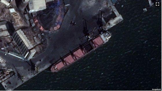 【서울=뉴시스】미국 민간위성이 3월 14일 포착한 북한 남포항의 새 석탄 야적장 모습. <사진출처:구글어스> 2018.04.09   <저작권자ⓒ 공감언론 뉴시스통신사. 무단전재-재배포 금지.>