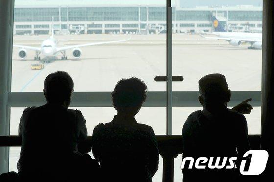 [사진]폭염 피해 공항으로 나온 어르신들