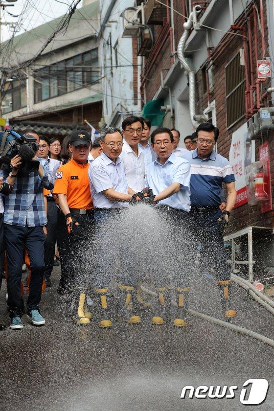 [사진]쪽방촌 찾은 박원순시장과 황창규 회장, '폭염 날려드립니다'
