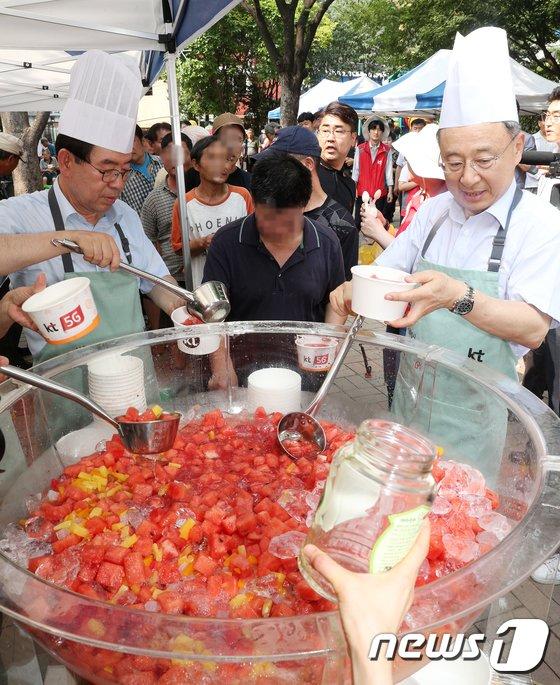 [사진]쪽방촌 주민에 화채 나눠주는 박원순 시장과 황창규 KT회장