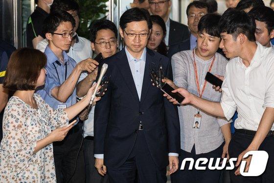 [사진]굳은 표정으로 특검사무실 나서는 김경수