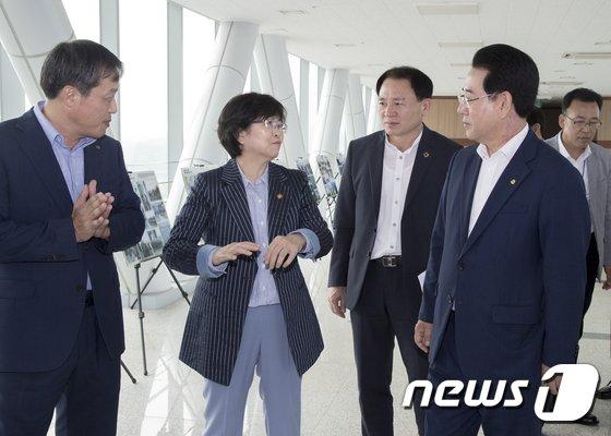 [사진]영산강 주제로 대화나누는 김은경 장관-김영록 지사