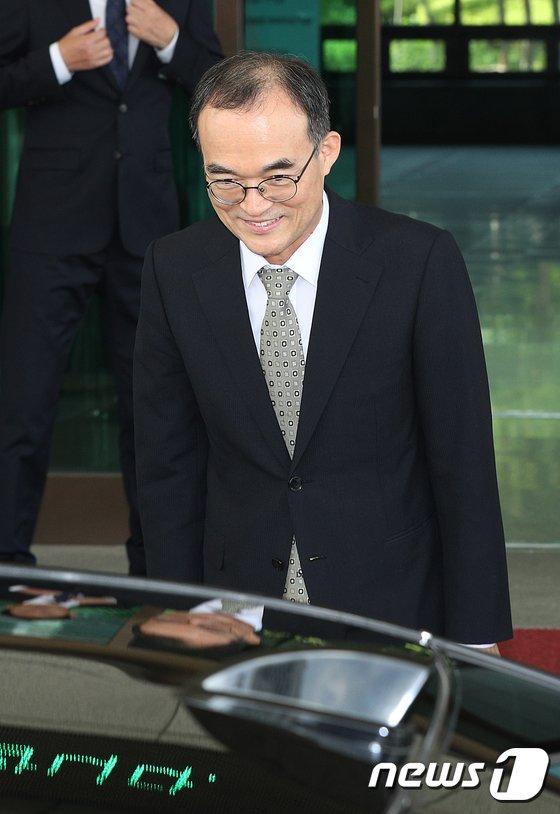 [사진]경찰청장 배웅하는 문무일 총장