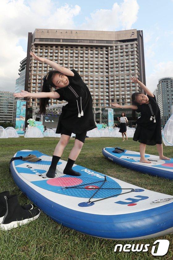 [사진]'서핑보드 위 요가 배우기 삼매경'