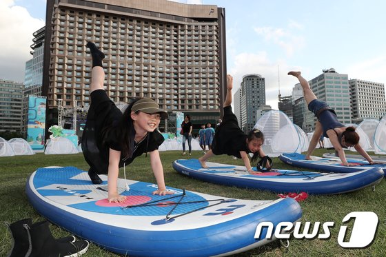 [사진]'서핑보드 위에서 요가 배워요'