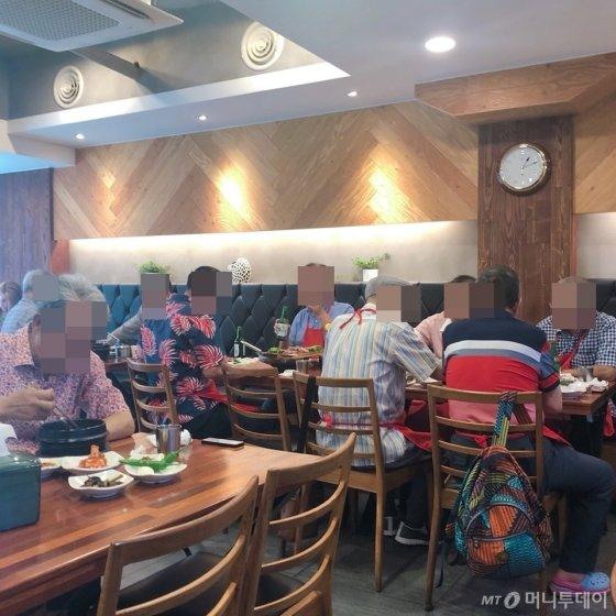 지난 13일 찾은 서울 종로구 한 보신탕 전문점의 모습. 주변 노인들이 많이 찾았고 테이블에 빈 자리가 없을 정도로 붐볐다. /사진= 유승목 기자