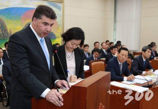 카허 카젬 한국지엠(GM) 사장이 23일 오후 서울 여의도 국회에서 열린 정무위원회의 한국산업은행·중소기업은행에 대한 국정감사에 출석해 의원들의 질의에 답하고 있다. /사진=이동훈 기자