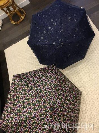 장모님이 운동 가실 때 드는 양산 2종 세트. 레이스와 꽃무늬 중 뭘 들까 고민하다 '꽃무늬 양산'으로 택했다./사진= 남형도 기자