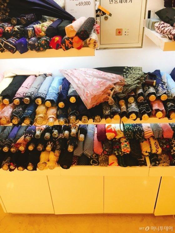 명동 인근 백화점 지하 한 양산 매장. 형형색색 양산들이 있지만 대다수 여성용 양산들이다. 남성 취향이 맞는 양산 종류는 많지 않았다./사진=남형도 기자
