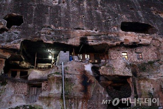 아직도 사람이 살고 있는 동굴집. 불을 밝혀놓고 있다./사진제공=이호준 여행작가