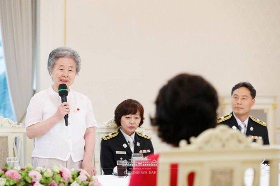 김은숙 서울서둘째로잘하는집 대표(왼쪽)가 지난달 3일 청와대에서 열린 사회복지공동모금회 20주년 행사에서 발언하고 있다./사진제공=청와대