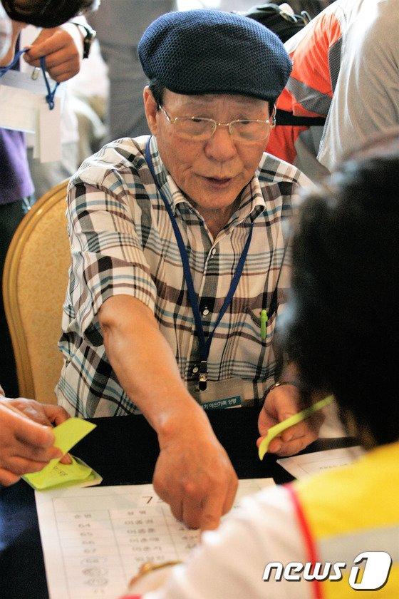 [사진]이산가족 상봉 사전 접수...'내 이름이 여기 있네'