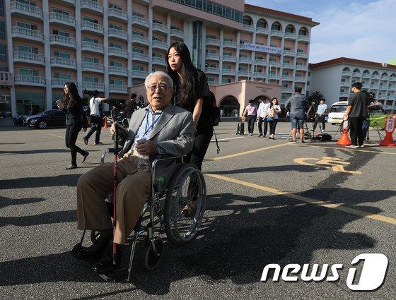 [사진]이산가족 상봉 최고령 101세 할아버지 '설레는 마음'