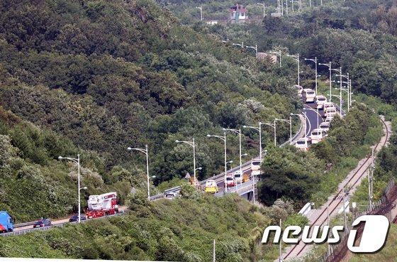 [사진]금강산으로 가는 이산가족 상봉단 버스 행렬