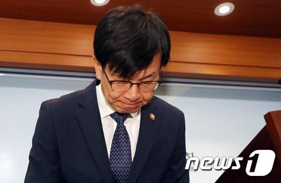 김상조 위원장이 '공정위 조직 쇄신방안' 브리핑에서 고개숙여 인사하고 있다. 장수영 기자