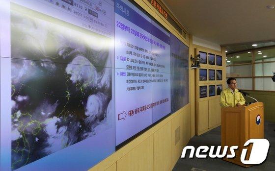 [사진]남재철 기상청장 '태풍 솔릭 전망 브리핑'