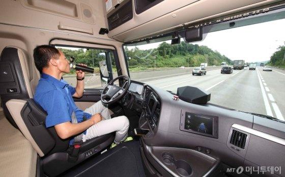 고속도로를 달리고 있는 현대차 엑시언트 자율주행트럭 내부/사진제공=현대차