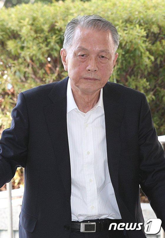 [사진]취재진 응시하는 김기춘