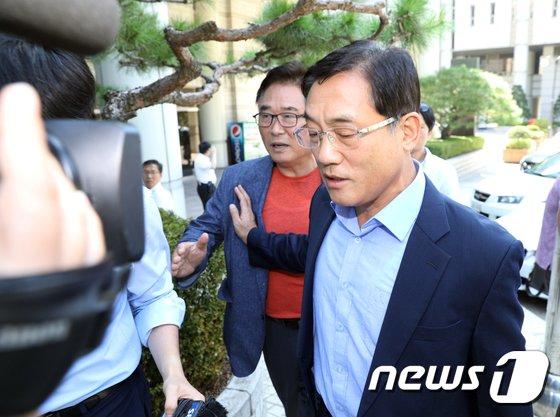 [사진]법정 나서는 구은수 전 청장 '2심도 집행유예'