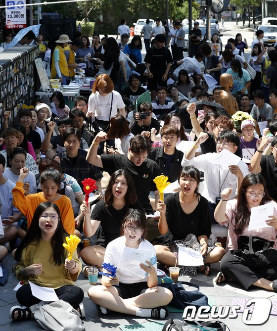 [사진]1394차 정기수요시위 구호 외치는 참가자들