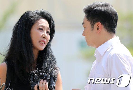 [사진]취재진 질문 답하는 김부선